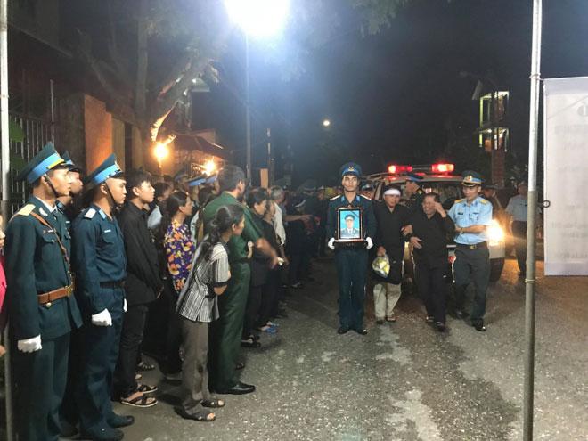 Nghẹn ngào phút Đại tá phi công Phạm Giang Nam về với đất mẹ - 1