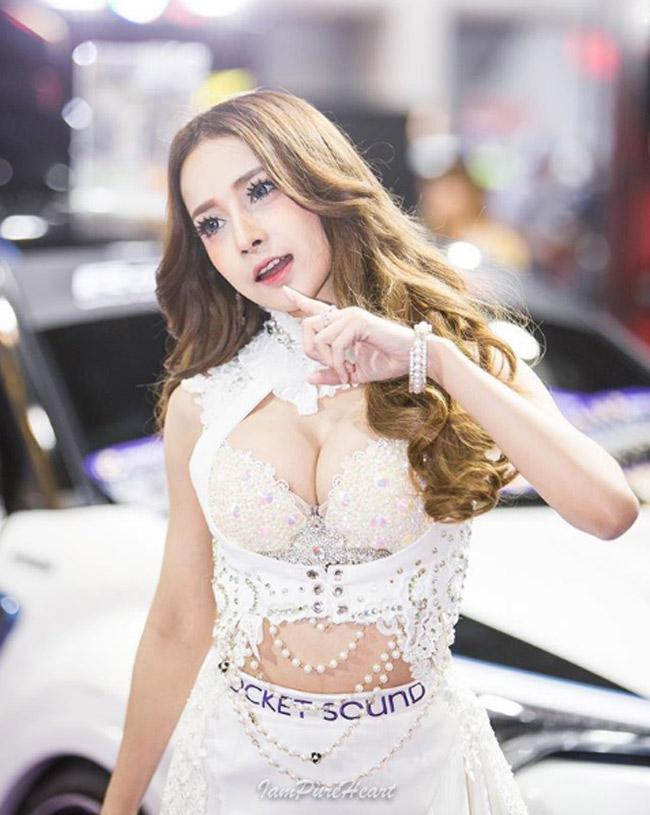 Cô thường xuyên được mời làm người mẫu cho những sự kiện triển lãm ô tô.