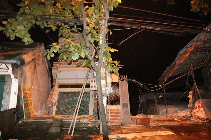 """Clip: """"Hà bá"""" sông Đà nuốt chửng nhiều ngôi nhà ở TP Hòa Bình trong đêm - 1"""