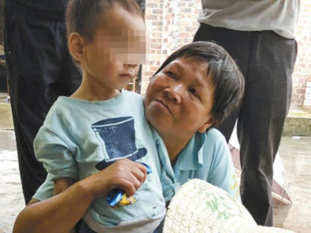 Em bé 3 tuổi sống một mình cùng xác ông suốt 5 ngày