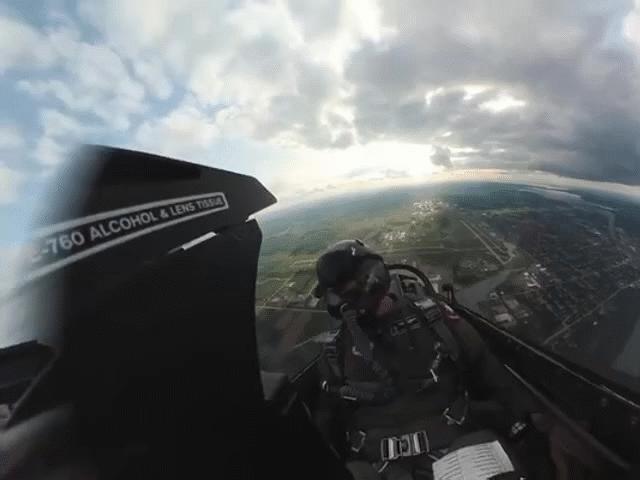 Chóng mặt xem tiêm kích F-16 nhào lộn từ góc nhìn trong khoang lái