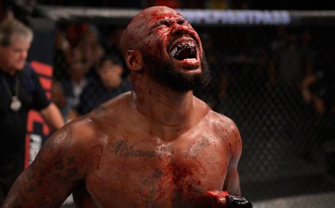 """UFC khiếp đảm: Võ sĩ cao gần 2m đè nghiến tẩn đối thủ """"ra bã"""" - 1"""
