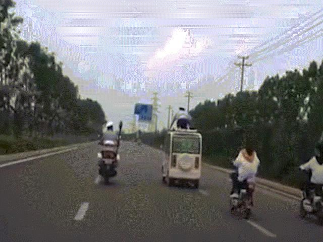 TQ: Ô tô vi phạm bỏ chạy, cảnh sát bám trên nóc suốt 13km
