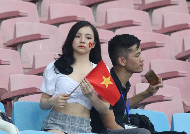 """Hot girl """"ngủ gật"""" gây sốt World Cup """"truyền lửa"""" U23 Việt Nam vượt khó - 1"""