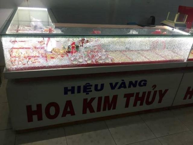Thanh niên bịt mặt cướp tiệm vàng táo tợn ở Quảng Nam
