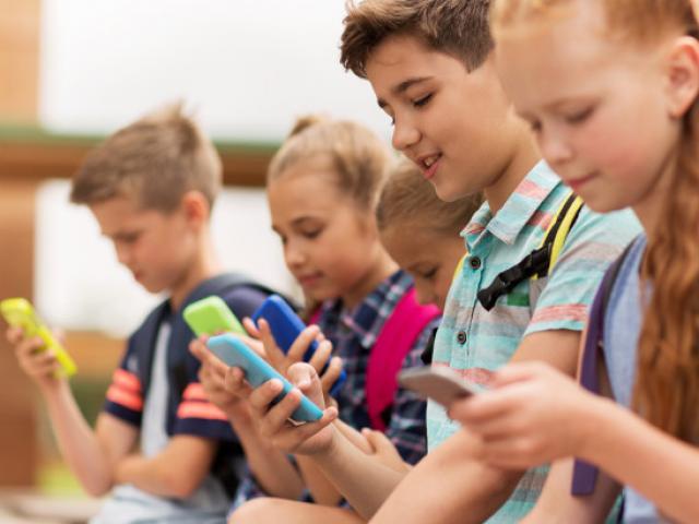 Pháp cấm học sinh sử dụng máy tính bảng và điện thoại ở trường