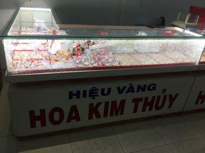 Thanh niên bịt mặt cướp tiệm vàng táo tợn ở Quảng Nam - 1