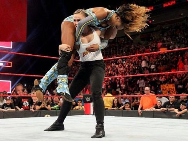 Đả nữ Rousey làm loạn WWE: 1 đấu 2, đánh đối thủ lăn từ trên xuống dưới