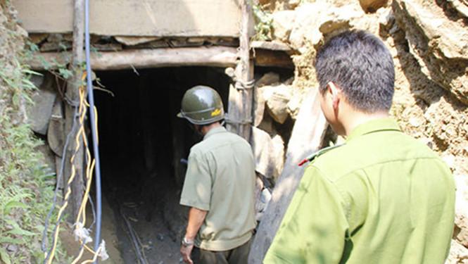 3 giờ đào bới cứu 2 công nhân bị vùi lấp dưới mỏ than sâu 120m - 1