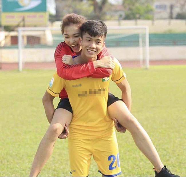 """Phan Văn Đức trở thành cái tên """"hot"""" nhất đội tuyển U23 Việt Nam trong trận cầu tối qua (7/8) sau khi ghi bàn thắng quyết định giúp đội nhà vô địch. Ngay lập tức, bạn gái tin đồn của anh chàng là Ngọc Nữ được nhắc tên nhiều không kém."""