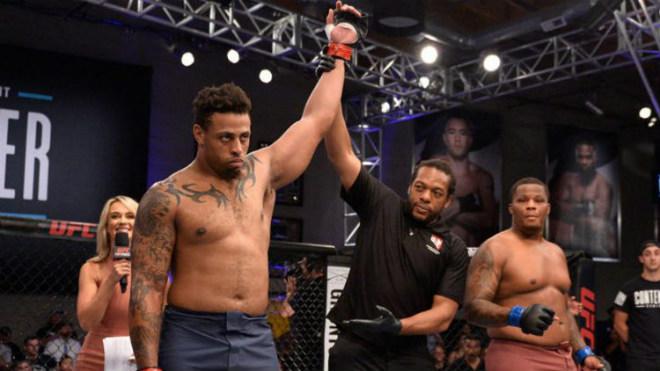 """UFC kinh sợ: Võ sỹ 120kg siêu """"đầu gấu"""", 17 giây khiến đối thủ sấp mặt - 1"""