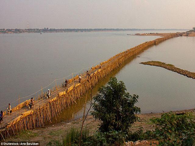 Kỳ lạ cây cầu tre bắc qua sông dài, mỗi năm phải tháo dỡ một lần