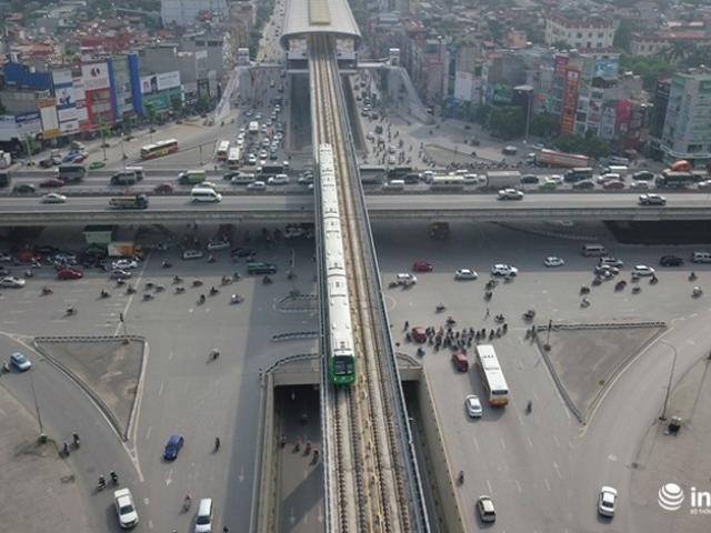"""Bắt gặp tàu đường sắt trên cao Cát Linh - Hà Đông """"lướt"""" giữa thủ đô"""