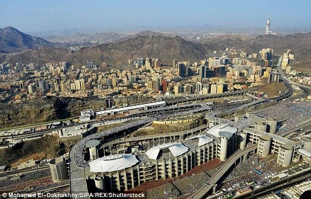Ả Rập Saudi chặt đầu, đóng đinh tử tù trên thánh giá trước công chúng - 1