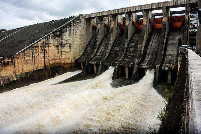 Nước lũ dâng cao, Thủy điện Hòa Bình và Sơn La tiếp tục mở cửa xả đáy - 1