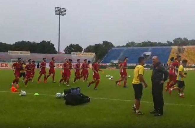 U23 Việt Nam tập đấu ASIAD: Luyện quân dưới mưa, ngàn fan cổ vũ - 1