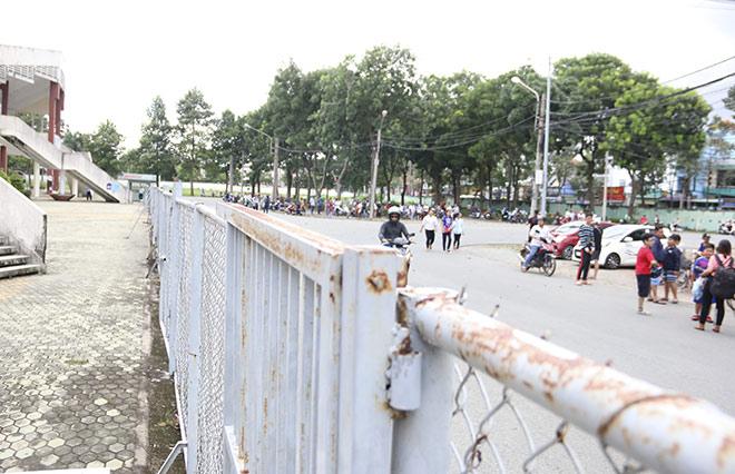 Sao U23 Việt Nam lại sốc: Fan nữ chui rào vào sân, tỏ tình với Đình Trọng - 1