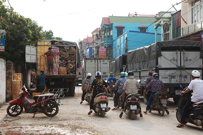 """Cận tháng cô hồn, người người đổ về Bắc Ninh mua """"nhà lầu, xe hơi, đồ trang sức"""" - 1"""