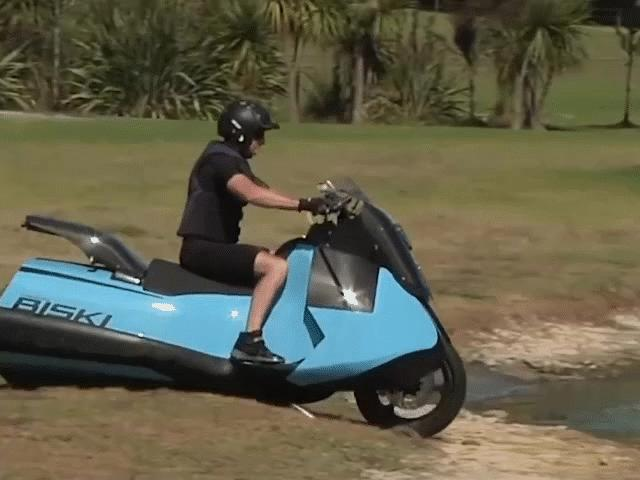 Xe máy cực linh hoạt có thể chạy cả trên cạn lẫn mặt nước