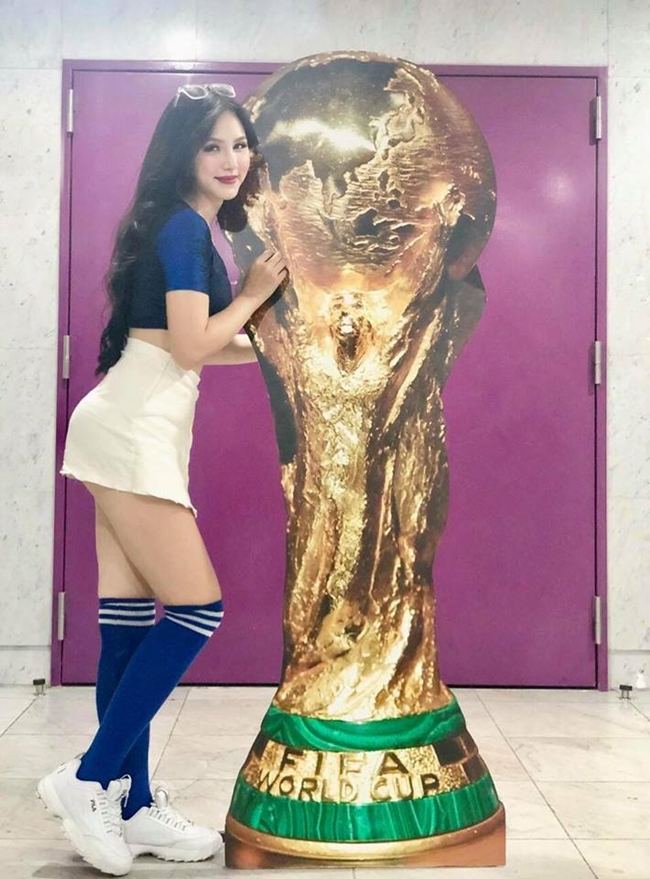 """Đặng Ngân gây chú ý ngay từ những ngày đầu khi tham gia chương trình """"Nóng cùng World Cup"""" của VTV nhờ nhan sắc xinh đẹp, thân hình gợi cảm. Cô là đại diện cho tuyển Pháp - đội dành vô địch tại World Cup năm nay."""