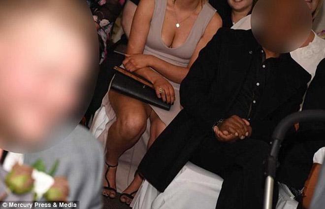 Xem ảnh cưới, cặp đôi sốc nặng khi nhiếp ảnh toàn chụp ngực và mông phù dâu - 1