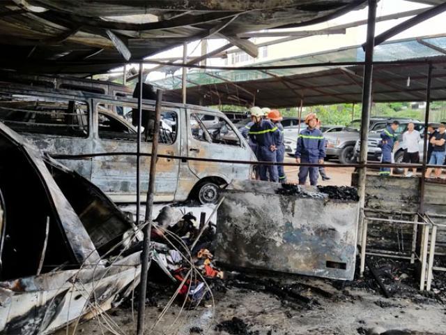 Lửa đỏ rực bãi xe gần sân bay Tân Sơn Nhất, 3 ô tô bị thiêu rụi