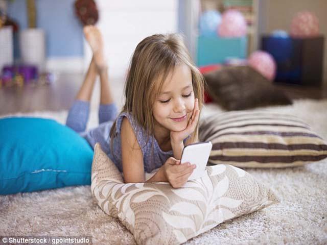 Bác sĩ tâm thần cảnh báo cha mẹ không nên cho trẻ dùng điện thoại trước 11 tuổi - 1