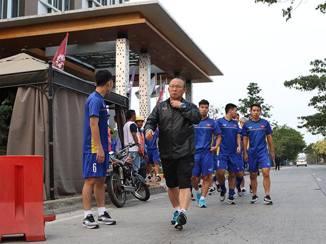 U23 Việt Nam nén giận dữ, tập ở đường bê tông vì chủ nhà làm khó
