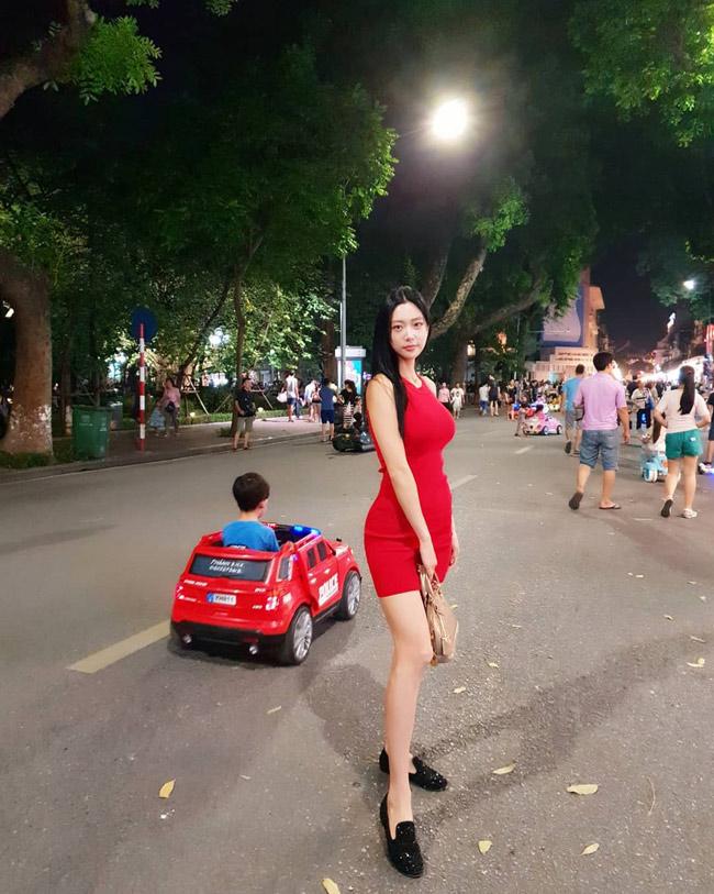 Thân hình gợi cảm của Clara khiến cô nổi bật khi chụp hình trên phố đi bộ.