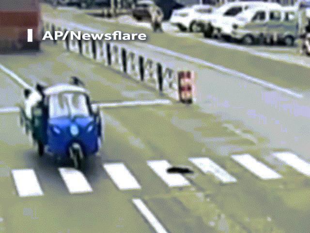 Băng qua đường cứu chó, người phụ nữ không may bị xe tải cán