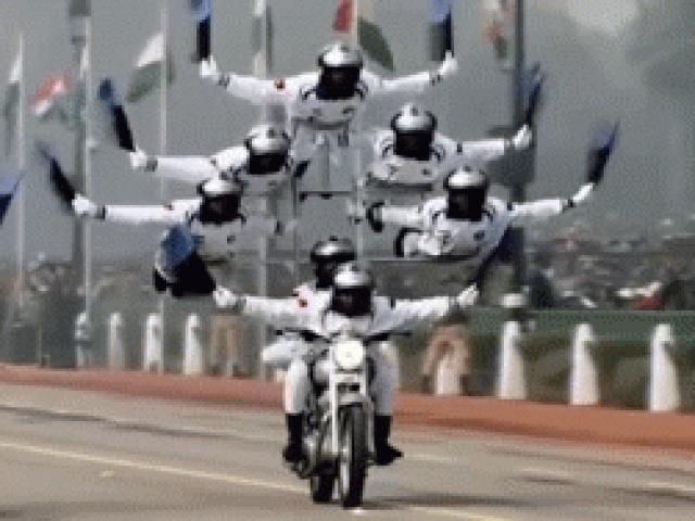 Video: Quân đội Ấn Độ biểu diễn môtô như chim bay