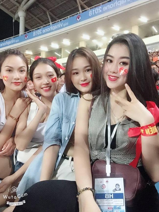 """Chuyện các cô gái nổi tiếng """"bất thình lình"""" sau một đêm nhờ đi xem bóng đá không còn lạ. Dàn hot girl """"Nóng cùng World Cup 2018"""" mới đây cũng khiến dân mạng xôn xao khi xuất hiện tại sân vận động Mỹ Đình cổ vũ cho đội tuyển Olympic Việt Nam đá với Olympic Uzbekistan (tối 7.8)."""