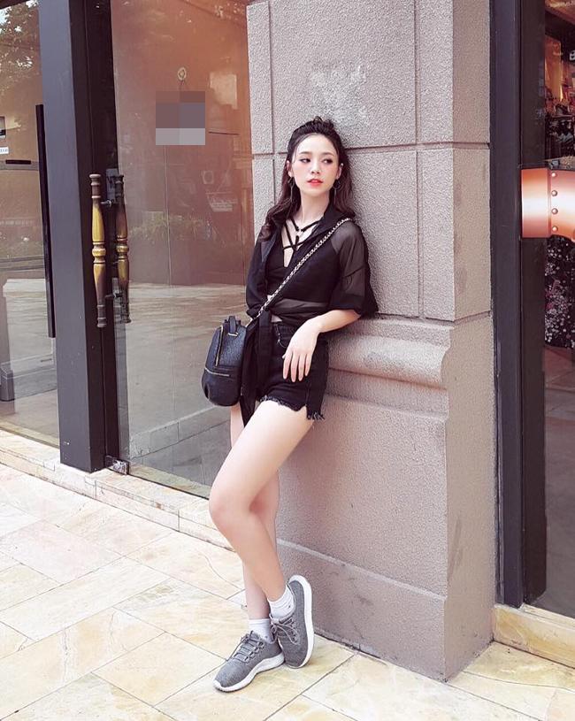 Phong cách đời thường của hot girl nhận được nhiều khen ngợi vì năng động, trẻ trung.