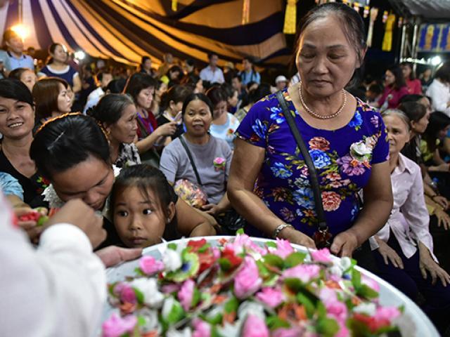 Hàng trăm người xúc động trong nghi lễ bông hồng cài áo mùa Vu Lan