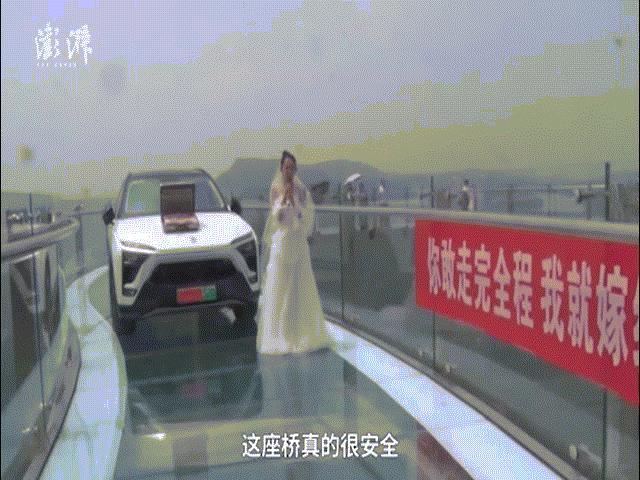 Cô gái dùng ô tô và vali đầy tiền cầu hôn, bạn trai sợ hãi không dám bước đến