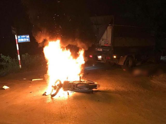 Xe máy cháy như ngọn đuốc sau va chạm, hai anh em sinh đôi thương vong