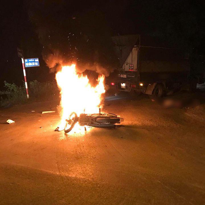Xe máy cháy như ngọn đuốc sau va chạm, hai anh em sinh đôi thương vong - 1