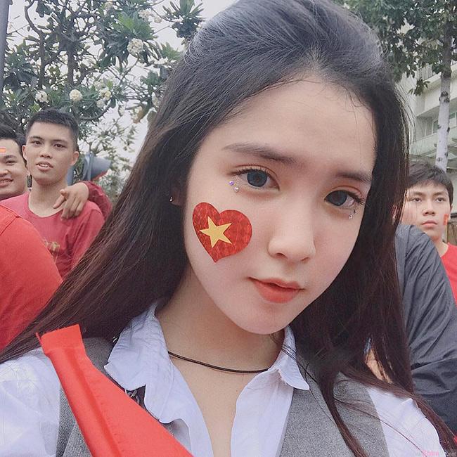 Mới đây, hình ảnh xinh đẹp của một fan girl bóng đá Việt Nam được dân mạng đua nhau truyền tay. Diện sơ mi trắng đơn giản nhưng cô nàng vẫn hút hồn người nhìn bởi gương mặt xinh như búp bê.