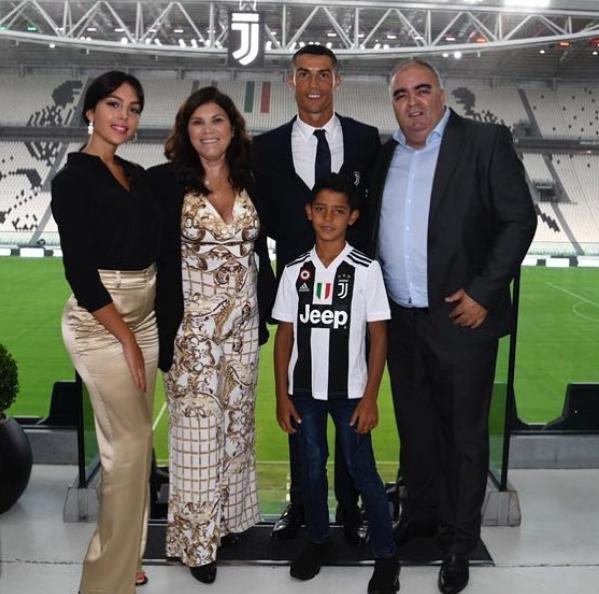 Lý do mẹ Ronaldo ngán ngẩm con dâu tương lai, phản đối chuyện kết hôn - 1