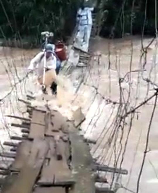 Thót tim trước cảnh mạo hiểm vượt nước lũ bằng cầu treo - 1