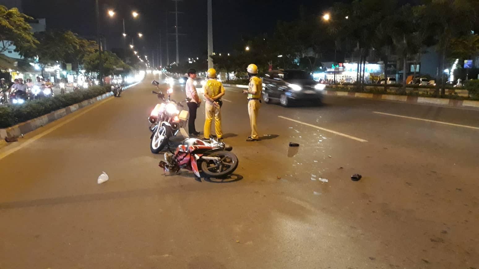 CSGT bị thanh niên đi xe máy tông, kéo lê trên đại lộ ở Sài Gòn - 1