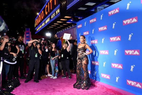"""Choáng với váy áo """"mặc như không"""" của mỹ nhân thảm đỏ MTV 2018 - 1"""