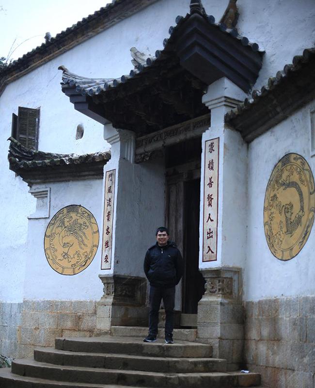 Nằm trong thung lũng Sà Phìn thuộc huyện Đồng Văn, tỉnh Hà Giang, dinh thự của ôngVương Chí Sình được biết đến khi Chủ tịch Hồ Chí Minh kết nghĩa vườn đào. Trải qua những thăm trầm của lịch sử, hiện tại căn nhà đang được chính cháu nội của vị vua của người H'mông này kêu cứu lên Thủ tướng. Dinh thự rộng hàng nghìn m2 với lối kiến trúc độc đáo, tinh xảo.