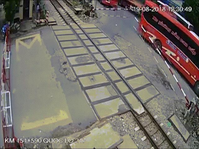 Sốc: Xe khách đâm gãy barie, nằm vắt trên đường ray khi tàu hoả lao tới