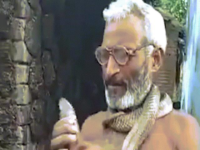 Hãi hùng cảnh người đàn ông ngậm đầu rắn hồ mang cực độc ở Ấn Độ
