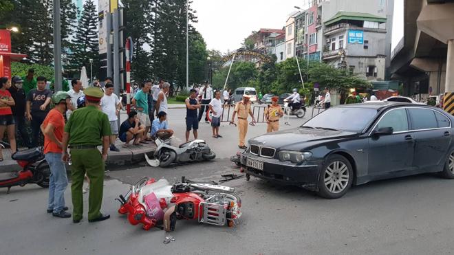 Nữ tài xế BMW đâm liên hoàn, kéo lê cháu nhỏ trước Royal City - 1