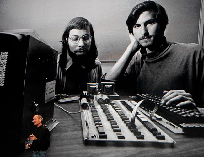 Apple được thành lập vào ngày 1 tháng 4 năm 1976, bởi Steve Jobs và Steve Wozniak ở Los Altos, California.
