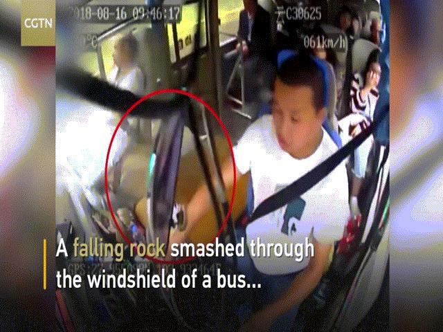 TQ: Đang lái xe buýt, tảng đá từ đâu bay tới đập vỡ 4 xương sườn