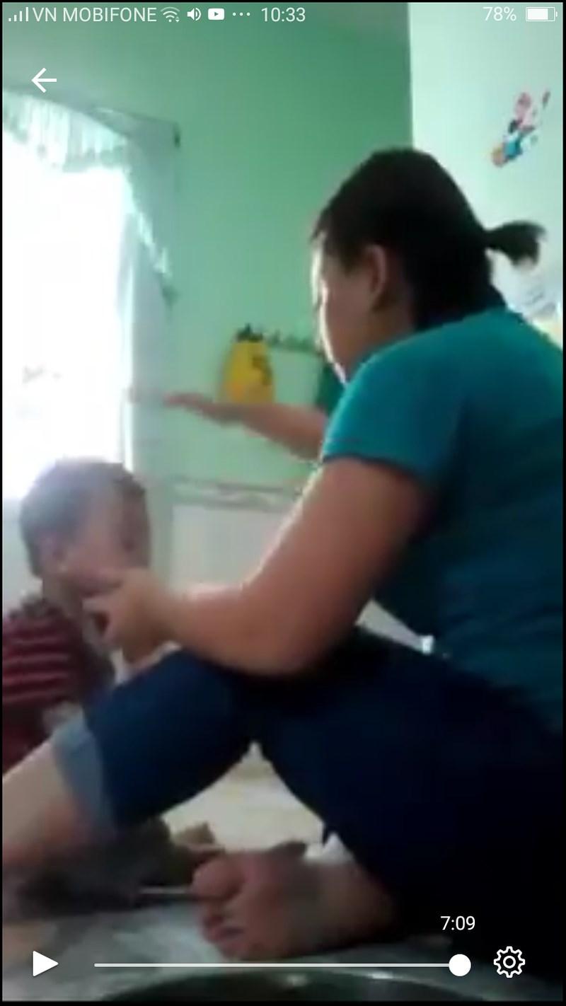 Phẫn nộ bảo mẫu đánh trẻ mầm non khi đang ăn ở An Giang - 1