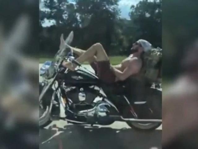 """SỐC: Biker lái xe bằng chân, đùa giỡn với """"tử thần"""""""